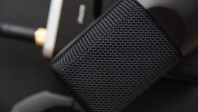 Μουσικός εξοπλισμός, επαγγελματικό μικρόφωνο στούντιο συμπυκνωτών, σκοτεινό χρώμα Κλείστε επάνω άνωθεν φιλμ μικρού μήκους