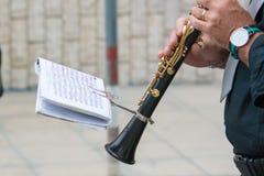 μουσικός ζωνών κλαρινέτων που περπατά στην οδό Στοκ Φωτογραφίες