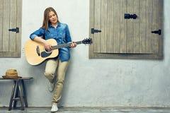 Μουσικός κοριτσιών με την ακουστική κιθάρα Στοκ Εικόνες
