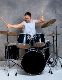 Μουσικός με το μαύρο σύνολο τυμπάνων του Στοκ φωτογραφία με δικαίωμα ελεύθερης χρήσης
