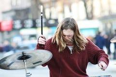 Μουσικός οδών που αποδίδει με το τύμπανο Τύμπανα παιχνιδιού ατόμων στην οδό r στοκ εικόνες με δικαίωμα ελεύθερης χρήσης