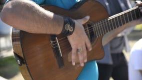 Μουσικός οδών που παίζει μια κλασσική κιθάρα απόθεμα βίντεο