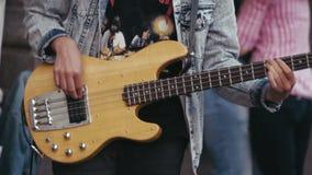 Μουσικός οδών που παίζει μια κιθάρα την 1η Αυγούστου 2016 απόθεμα βίντεο
