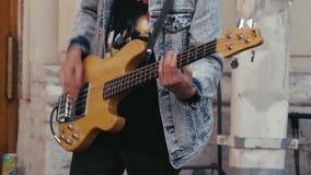 Μουσικός οδών που παίζει μια κιθάρα απόθεμα βίντεο