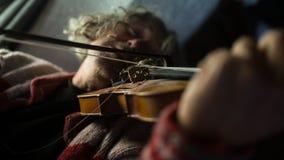 Μουσικός που απολαμβάνει τη μουσική του δεδομένου ότι παίζει ένα βιολί Στοκ φωτογραφίες με δικαίωμα ελεύθερης χρήσης
