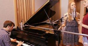 Μουσικός που καταγράφει ένα τραγούδι φιλμ μικρού μήκους