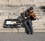 Μουσικός που παίζει ένα βιολί για τα χρήματα Στοκ φωτογραφίες με δικαίωμα ελεύθερης χρήσης
