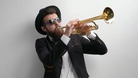 Μουσικός που παίζει μια σάλπιγγα απόθεμα βίντεο