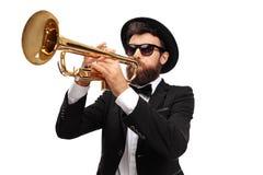 Μουσικός που παίζει μια σάλπιγγα στοκ φωτογραφία με δικαίωμα ελεύθερης χρήσης