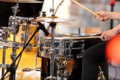Μουσικός που παίζει τα τύμπανα στη συναυλία στοκ φωτογραφία με δικαίωμα ελεύθερης χρήσης
