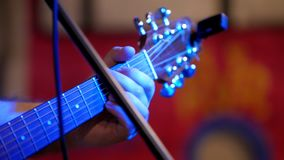 Μουσικός που παίζει την ακουστική κιθάρα - κιθάρα soundboard φιλμ μικρού μήκους