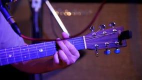 Μουσικός που παίζει την ακουστική κιθάρα - κιθάρα soundboard, telephoto φιλμ μικρού μήκους
