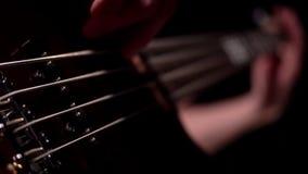 Μουσικός που παίζει την ηλεκτρική βαθιά μακροεντολή κιθάρων πέντε σειράς απόθεμα βίντεο