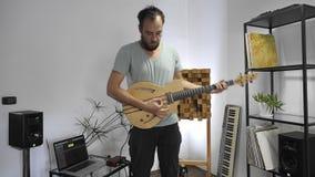 Μουσικός που παίζει την ηλεκτρική κιθάρα στο στούντιο εγχώριας μουσικής φιλμ μικρού μήκους