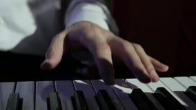Μουσικός που παίζει την ηλεκτρική κινηματογράφηση σε πρώτο πλάνο πιάνων απόθεμα βίντεο