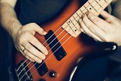 Μουσικός που παίζει την ηλεκτρική βαθιά κιθάρα Στοκ φωτογραφία με δικαίωμα ελεύθερης χρήσης