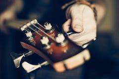 Μουσικός που παίζει την ηλεκτρική βαθιά κιθάρα Στοκ εικόνες με δικαίωμα ελεύθερης χρήσης