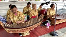 Μουσικός που παίζει την ταϊλανδική κλασσική παραδοσιακή μουσική στο ναό Wat Arun φιλμ μικρού μήκους
