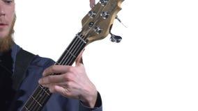 Μουσικός που παίζει τη βαθιά κιθάρα φιλμ μικρού μήκους