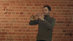 Μουσικός που παίζει τη σάλπιγγα απόθεμα βίντεο