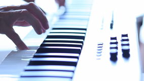 Μουσικός που παίζει τον ηλεκτρικό συνθέτη απόθεμα βίντεο