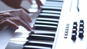Μουσικός που παίζει τον ηλεκτρικό συνθέτη φιλμ μικρού μήκους
