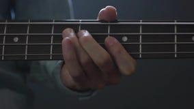 Μουσικός που παίζει το βαθύ ύφος δάχτυλων κιθάρων στο στούντιο φιλμ μικρού μήκους