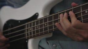 Μουσικός που παίζει το βαθύ ύφος δάχτυλων κιθάρων στο στούντιο απόθεμα βίντεο