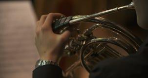 Μουσικός που παίζει το γαλλικό κέρατο κατά τη διάρκεια της συναυλίας απόθεμα βίντεο