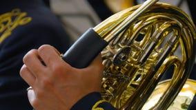 Μουσικός που παίζει το γαλλικό κέρατο, κινηματογράφηση σε πρώτο πλάνο απόθεμα βίντεο