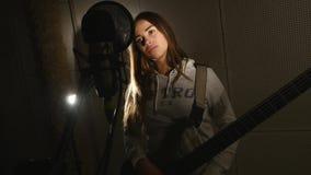 Μουσικός που παίζει το ηλεκτρονικό πιάνο στο στούντιο καταγραφής απόθεμα βίντεο