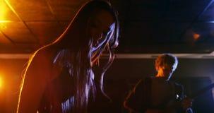 Μουσικός που παίζει το ηλεκτρονικό πιάνο στο στούντιο απόθεμα βίντεο