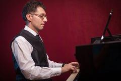 Μουσικός που παίζει το μεγάλο πιάνο Στοκ Εικόνα