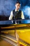 Μουσικός που παίζει το μεγάλο πιάνο Στοκ εικόνες με δικαίωμα ελεύθερης χρήσης