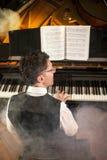 Μουσικός που παίζει το μεγάλο πιάνο Στοκ Φωτογραφίες