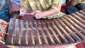 Μουσικός που παίζει το ξύλινο xylophone Ranat, ταϊλανδικό όργανο Alto μουσικής παράδοσης απόθεμα βίντεο