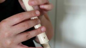 Μουσικός που παίζει το φλάουτο Κλείστε επάνω των χεριών ενός φλαουτίστα φιλμ μικρού μήκους