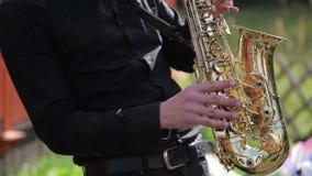Μουσικός που παίζει το saxophone απόθεμα βίντεο