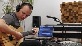 Μουσικός που τραγουδά και που παίζει την ηλεκτρική κιθάρα στο στούντιο εγχώριας μουσικής φιλμ μικρού μήκους