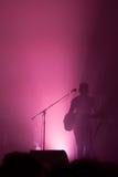 Μουσικός που φωτίζεται στη σκιαγραφία στη σκηνή Στοκ Φωτογραφία