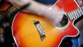 Μουσικός στη συναυλία βράχου - ακουστική κιθάρα παιχνιδιών κιθαριστών στη λέσχη νύχτας φιλμ μικρού μήκους
