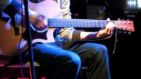 Μουσικός στο στάδιο - ακουστική κιθάρα παιχνιδιών απόθεμα βίντεο