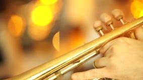 Μουσικός τζαζ αφροαμερικάνων που παίζει το saxophone απόθεμα βίντεο