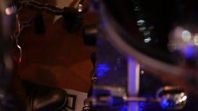 Μουσικός της Jazz κινηματογραφήσεων σε πρώτο πλάνο που παίζει το βαθύ τύμπανο φιλμ μικρού μήκους