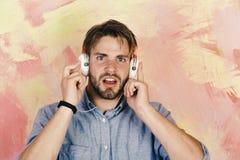 Μουσικός τρόπος ζωής Εύθυμα εφηβικά τραγούδια ακούσματος του DJ μέσω των ακουστικών στοκ φωτογραφίες με δικαίωμα ελεύθερης χρήσης