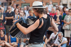 Μουσικός φεστιβάλ 2015 Busker που παίζει το ακκορντέον Στοκ εικόνα με δικαίωμα ελεύθερης χρήσης