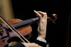 Μουσικός χεριών που παίζει το βιολί Στοκ εικόνα με δικαίωμα ελεύθερης χρήσης