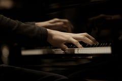 Μουσικός χεριών που παίζει το πιάνο Στοκ Εικόνες