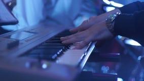 Μουσικός Pianist ατόμων που παίζει το πιάνο απόθεμα βίντεο