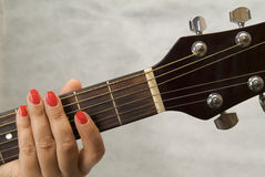 μουσικός s χεριών κιθάρων Στοκ εικόνα με δικαίωμα ελεύθερης χρήσης